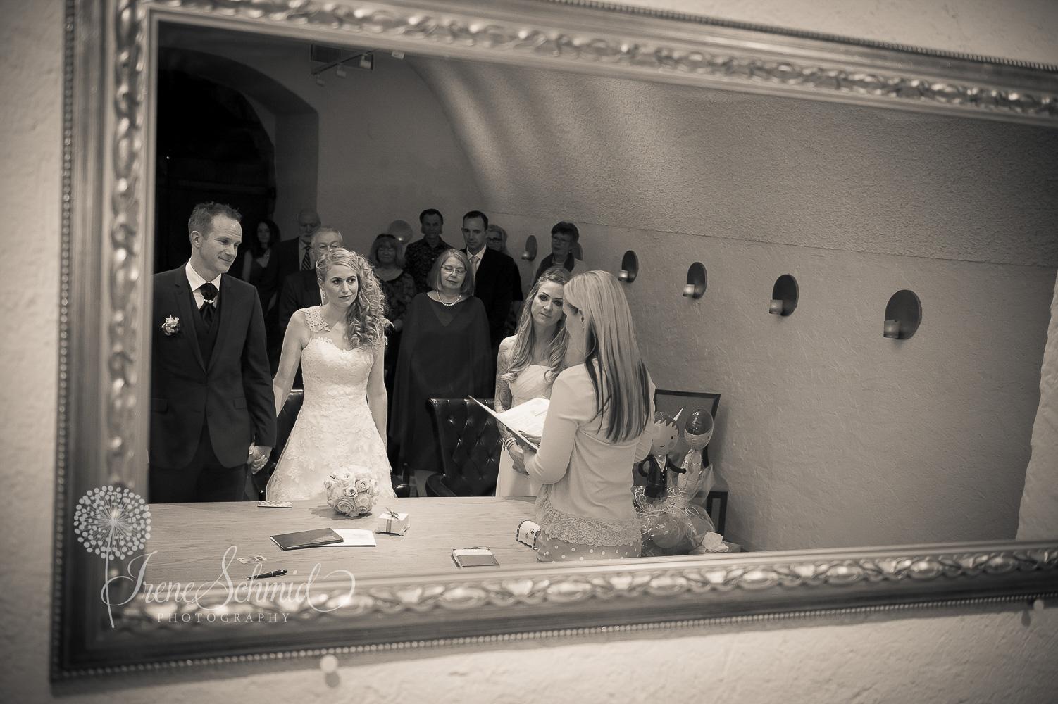 Zivile Trauung im Gewölbekeller in Dielsdorf - Hochzeitsfotografin Winterthur